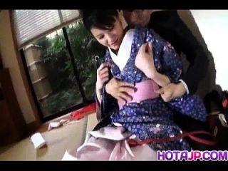 淘气的亚洲宝贝suzuki chao在吮吸公鸡之前输了和服