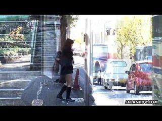 公共汽车劫机者使学校的女孩手淫她的阴部