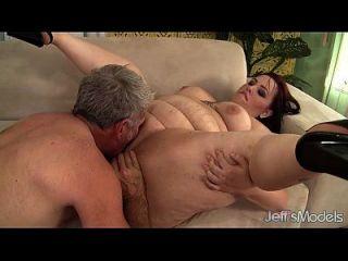 角质丰盈凤凰xbbw在她的阴部享受一个肥胖的公鸡