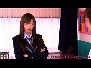 日本女学生脸上喷了