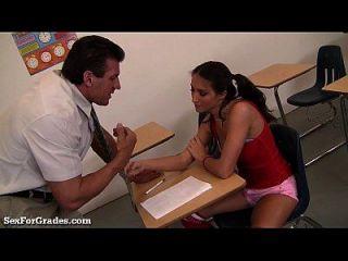 少年荡妇在上课后引诱她的老师!