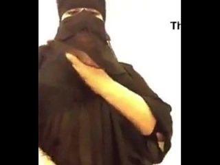 热阿拉伯bbw与她巨大的胸部一样重复
