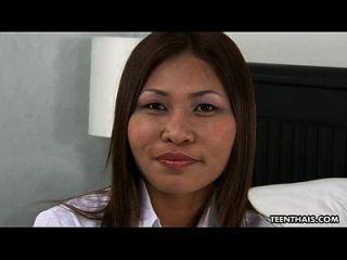 可爱的泰国荡妇得到她湿的阴部奶油