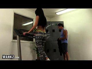 丁字裤热辣的女孩他妈的在健身房!