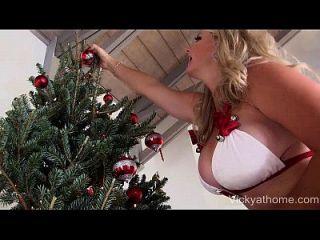 在vicky vette的脸上,巨大的cumshot santa下降了一个负载!