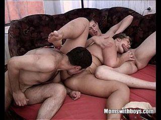休息的奶奶被两个年轻的小伙子组合起来