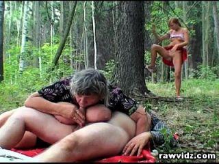 偷窥者青少年加入老夫妇在树林里为三人组