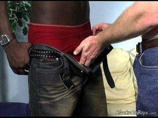 达科他有一个男人的乐趣与一个黑人