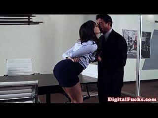 办公室的米尔夫在桌子上砸了