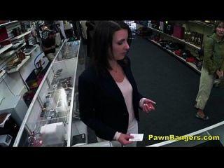 客户在她的毛茸茸的猫拿公鸡现金