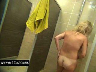 许多业余女孩在公共淋浴间里窥探