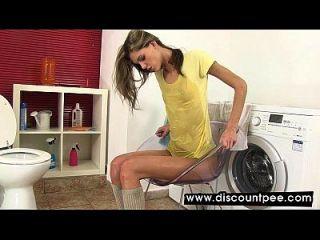 兰迪金发女郎在自己的小便里洗澡