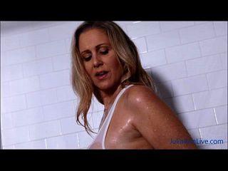性感的milf julia沐浴她的大山雀淋浴!