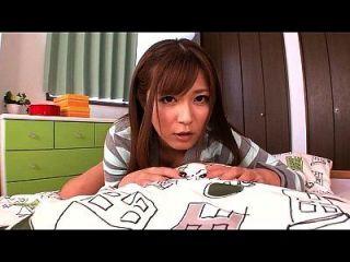 日本女孩尿尿在她的内裤