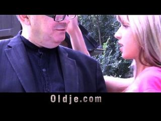 与大卫迪克的老人穿透了女孩的屁股