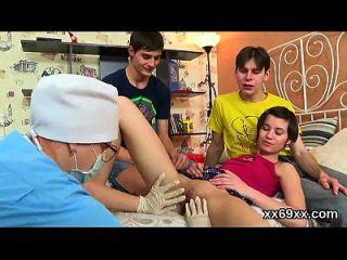 医生协助处女处女进行检查和排除