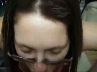 黑髮業餘女友戴著眼鏡給口交和騎