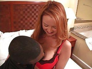 性感的成熟捲髮的妻子janet和黑人種間戴頭巾