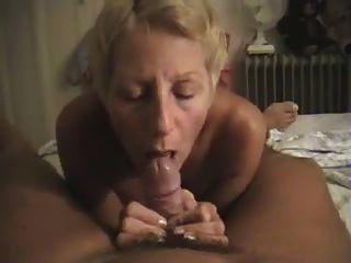 裸體主義者拍攝他的妻子給他在家裡的口交
