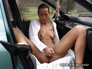 業餘的家庭主婦吮和他媽的在她的車與射液