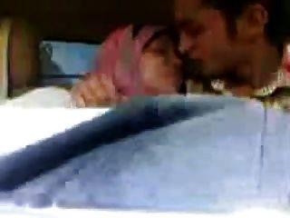 阿拉伯hijab女孩吮大胸部和親吻在汽車