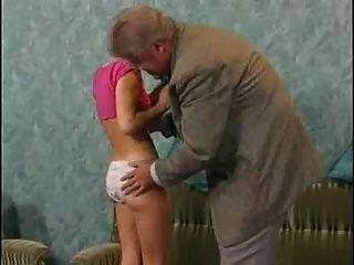 害羞的性感的青少年滿足老人