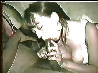 妻子得到黑色雞雞太奶油所以hubby鼓勵她用她的嘴清潔它!請給出意見!