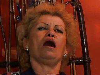 奶奶effie被assfucked電視修理工troia採取硬公雞在屁股一路山雀