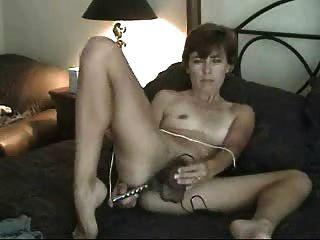 業餘成熟毛茸茸的媽媽獨奏手淫與假陽具玩具