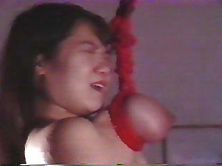 日本女孩被殘酷地折磨和暫停由她的乳房