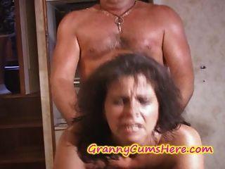 兩個奶奶得到性交和暨在遊艇上蓋