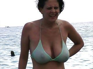 比基尼泳裝的熱的milf在海灘