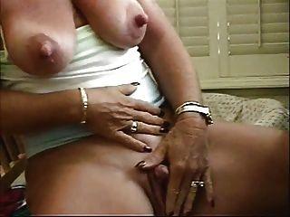蕩婦奶奶大乳頭撫摸她的大陰蒂