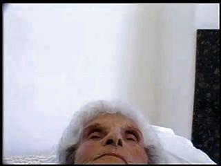 老蕩婦84歲依然愛年輕公雞