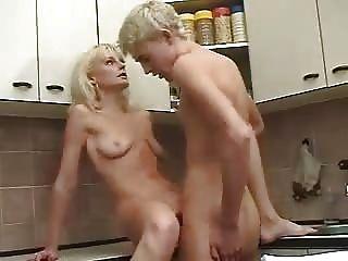 白膚金發的俄國成熟母親和男孩