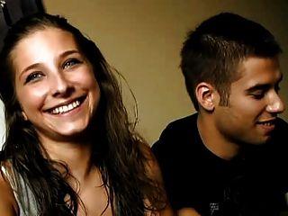 的年輕西班牙夫婦