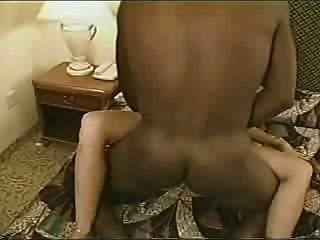 熱真正的妻子有黑色情人暨在結婚戒指舔它然後他creampies她pt 2