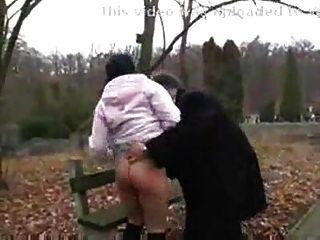 老人他媽的骯髒的青少年的女孩在公園。f70