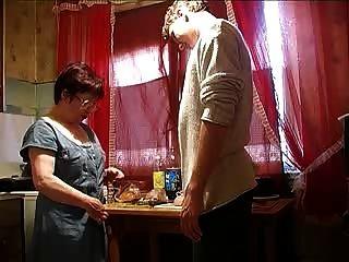 媽媽和男孩在廚房裡