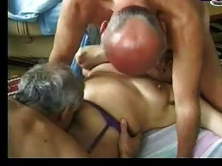 奶奶招待兩個老人