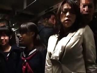 好朋友的母親和女兒乘公共汽車11