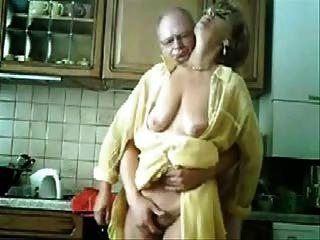 媽媽和爸爸獲得樂趣在廚房裡。被盜視頻