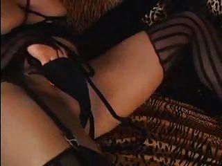 性感的金發女人人妖射出巨大的負荷rm