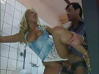 角質妻子他媽的陌生人在公共廁所... f70