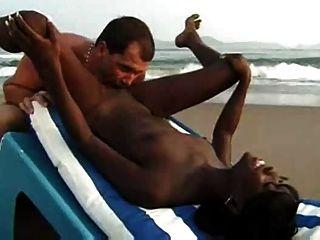 異國情侶在海灘上的性別