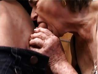絲襪的古老毛茸茸的奶奶指法吮吸他媽的