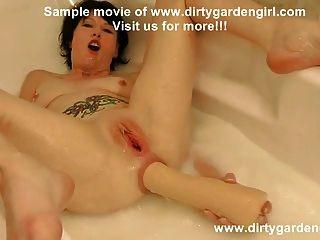 橡膠拳&拔出在與牛奶肛門拳頭的浴缸