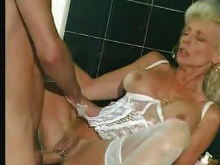 奶奶在白色內衣和絲襪拳頭