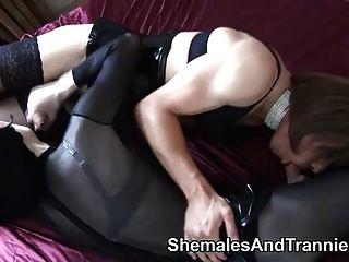 一對業餘trannies吸和他媽的