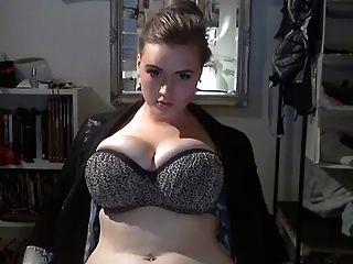 大美麗的女人顯示她偉大的身體...